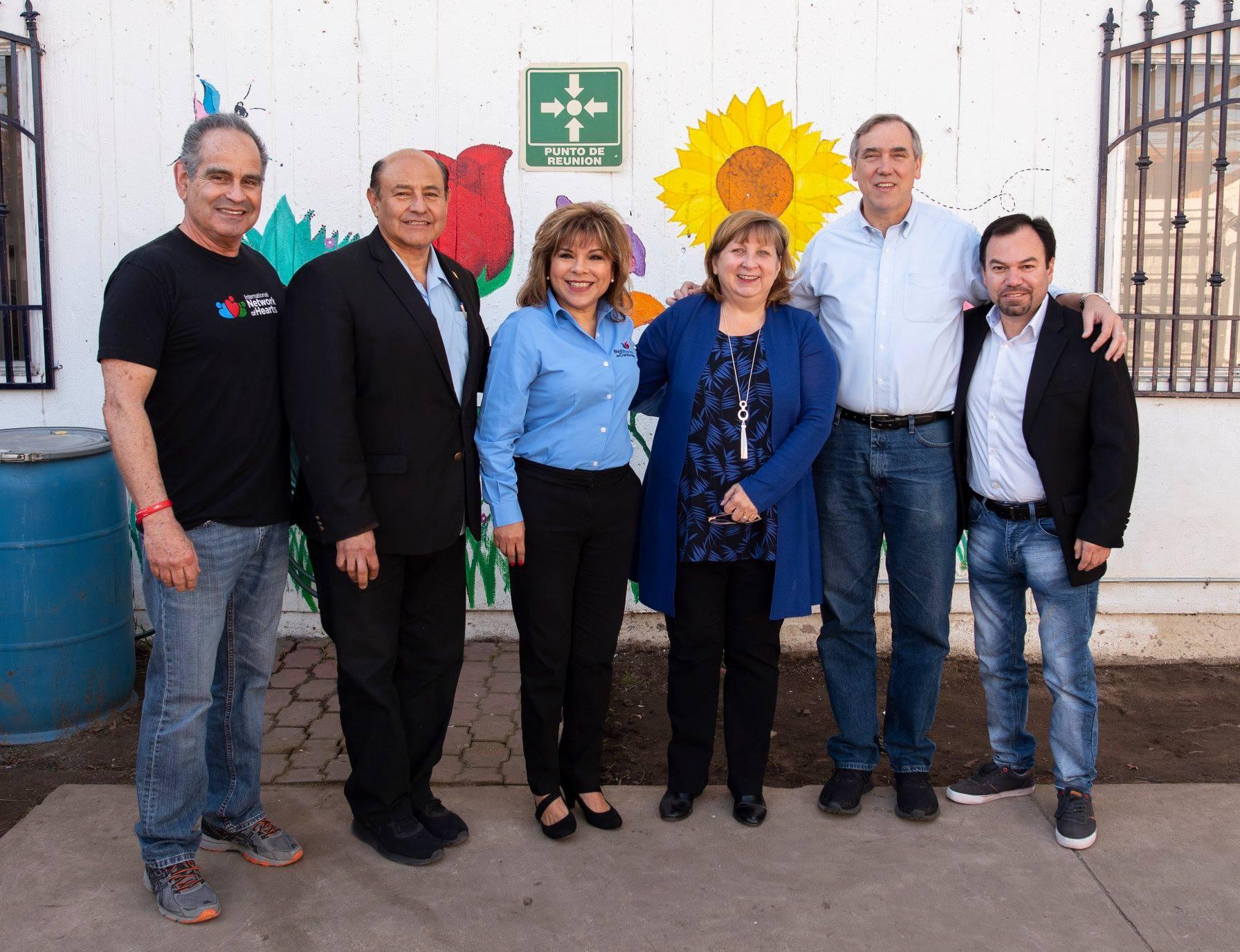 """Visita de la Consul Sue Saarno, Senador Merkley y Congresista José Luis Correa a """"La Casa del Jardín""""."""